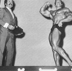 Joe Weider parabenizando Arnold Schwarzenegger ao conquistar o Mister Olympia em 1970