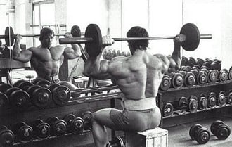 Desenvolvimento de ombros por tras