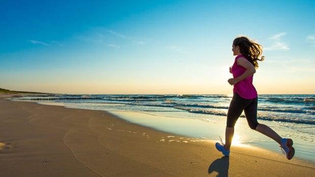 correr na areia praia benefícios
