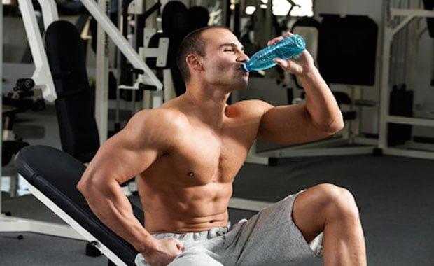 Quanto tomar de água por dia musculação treino